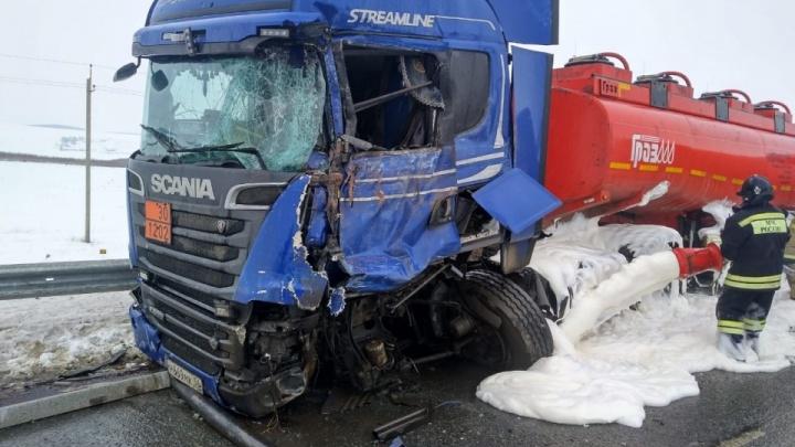Из-за аварии с двумя бензовозами в Башкирии перекрыли дорогу