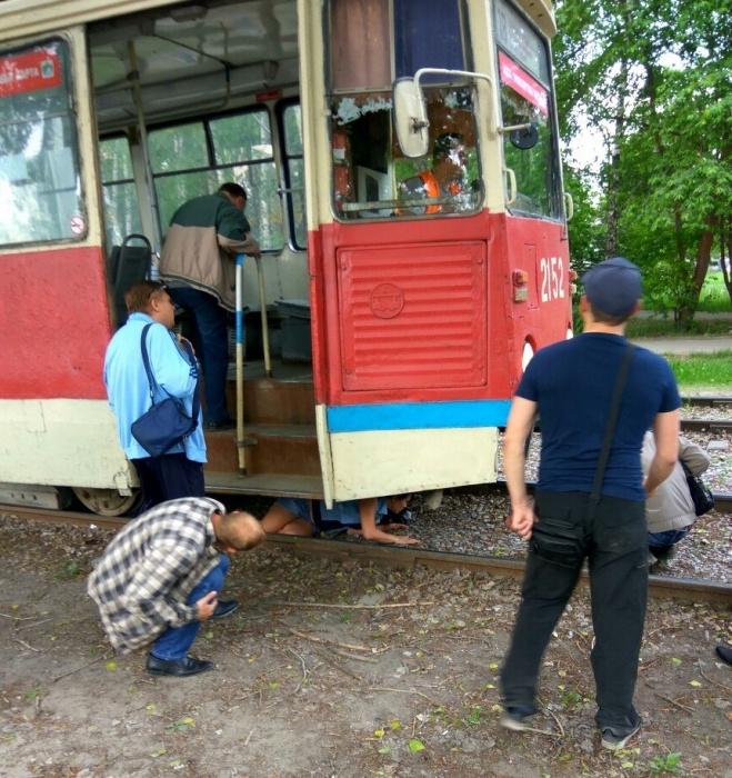 Трамвай сигналил и резко тормозил, однако всё равно сбил женщину