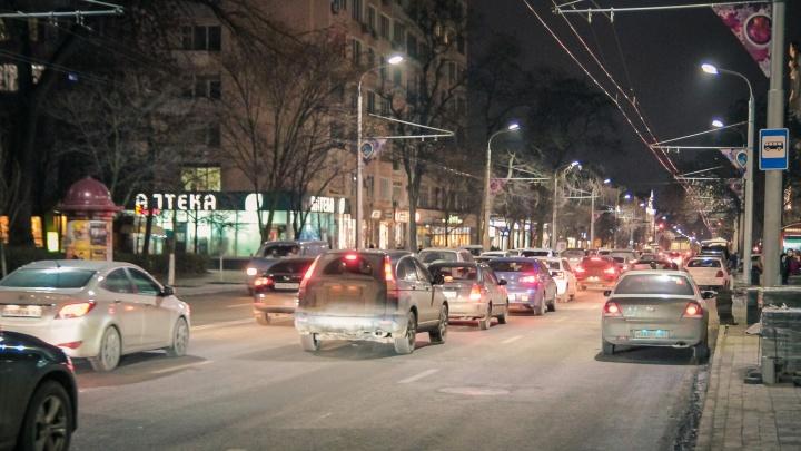 Автомобили намертво встали в пробках на выезде из Ростова и под Шахтами