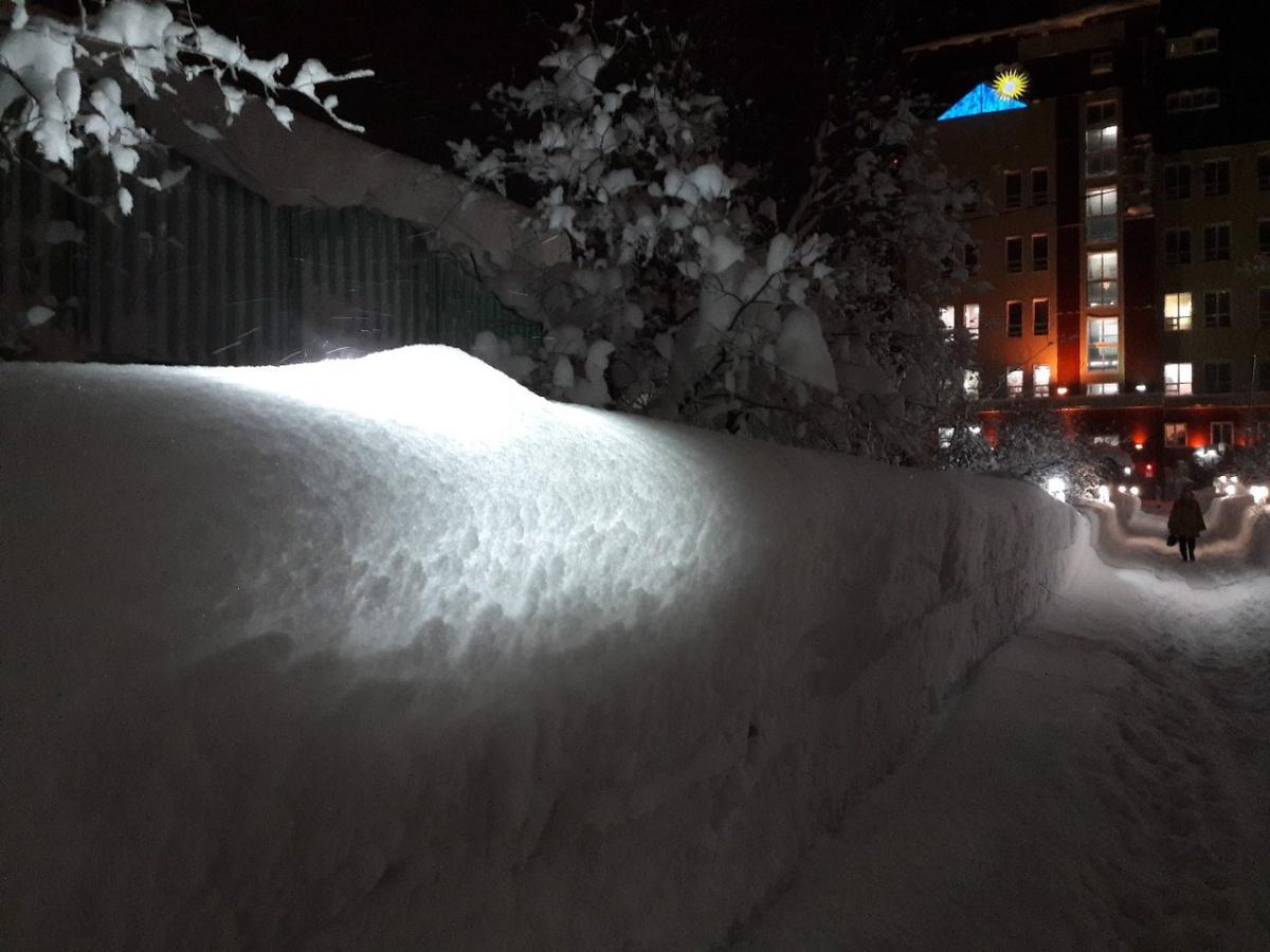 Снег скрыл под собой уличные фонари
