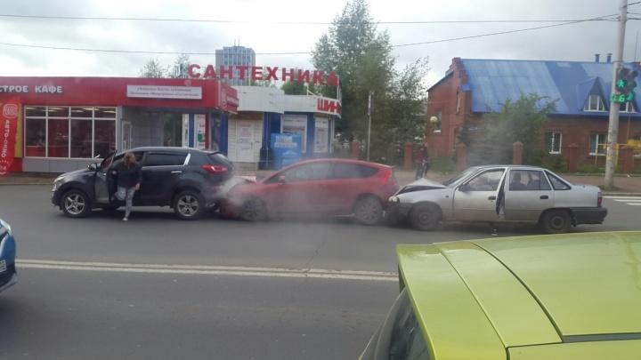 Гигантская пробка из-за массовой аварии в Уфе: на оживленном перекрестке столкнулись три автомобиля