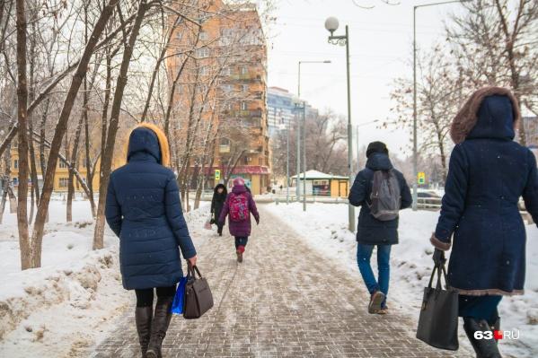 Некоторые горожане предпочитают больше ходить пешком. А что! И для здоровья полезно, и для кошелька