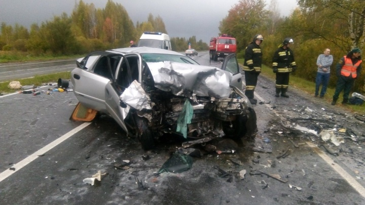 На трассе в Ярославской области разбились две легковушки. Одна вылетела в кювет