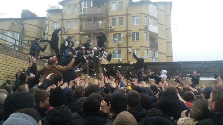 Сотни подростков и парящие банкноты: в Волгограде чеченский блогер раскидал деньги