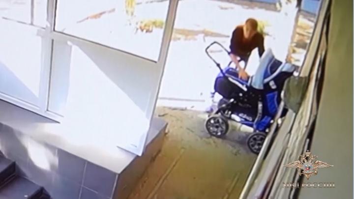 Поругалась с сожителем и уехала: в Волгограде женщина бросила маленькую дочь на крыльце поликлиники