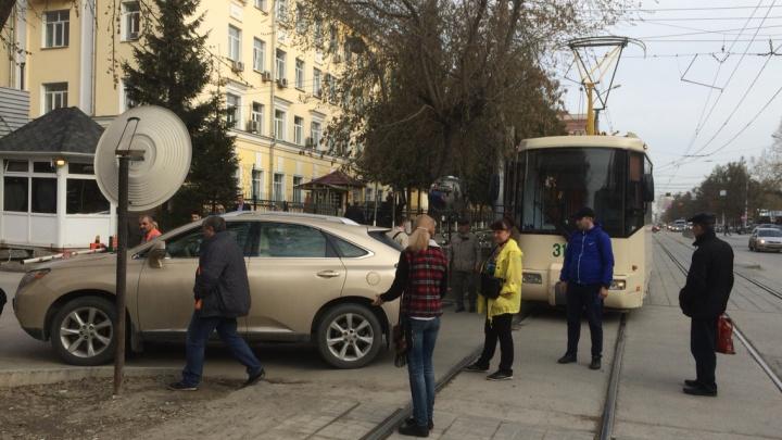 Брошенный возле рельсов «Лексус» заблокировал проезд трамваю № 13