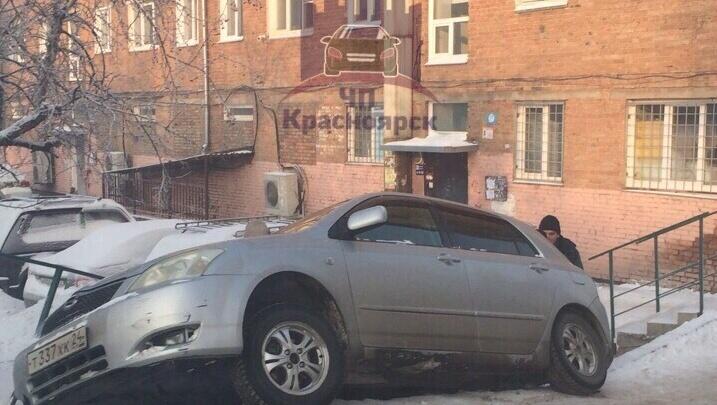 «Липучка не рулит»: водитель завалил иномарку на ровном месте во дворе