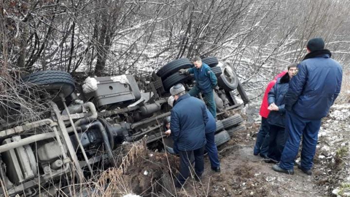 «Не преодолел подъём»: под Архангельском перевернулся грузовик с цистерной газа