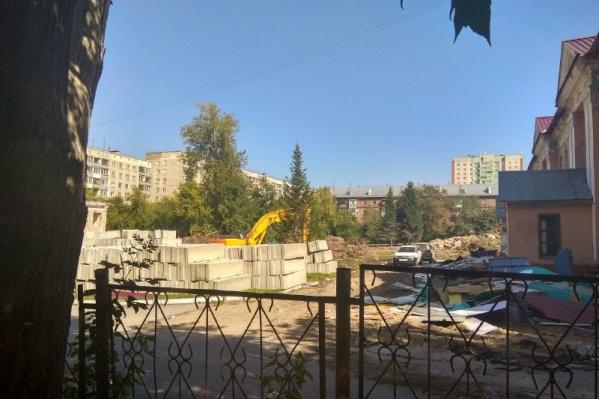 На прошлой неделе на улице 25 лет Октября начали сносить два сада