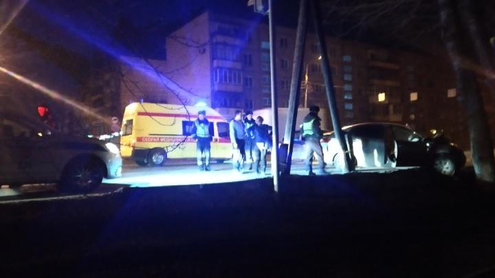 Уходил от преследования ГИБДД: в Челябинске иномарка на полном ходу влетела в дерево