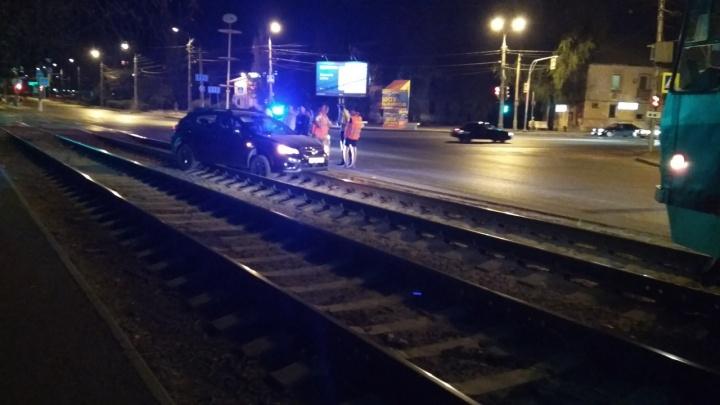 В Волгограде трамваи застряли в пробке из-за случайной машины на рельсах