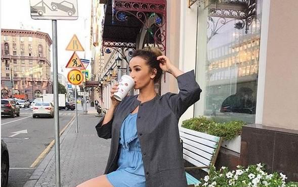 Телеведущая Анфиса Чехова купила сапоги у красноярского дизайнера