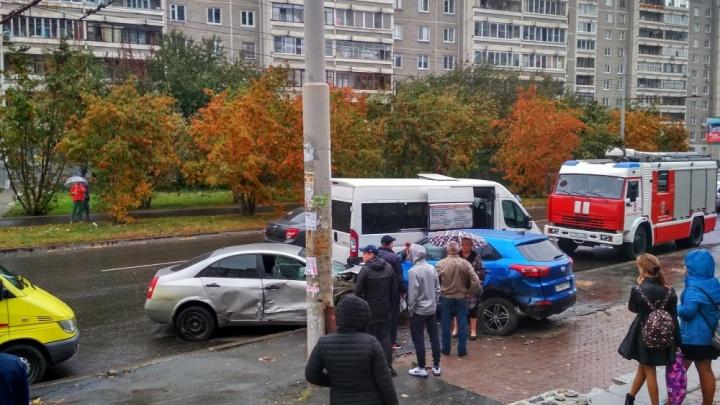 На Родонитовой несколько иномарок столкнулись и вылетели на остановку, где люди ждали автобус