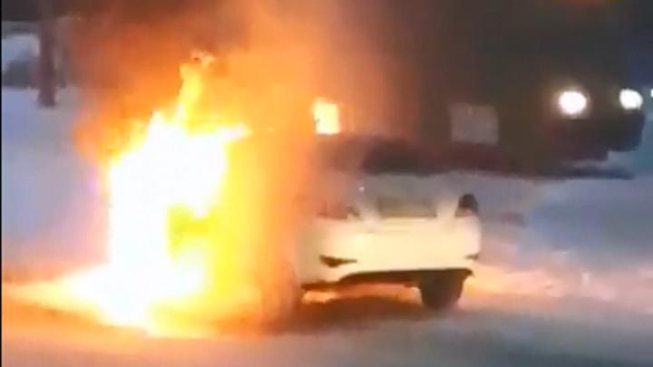 Видео: машина вспыхнула на дороге в Ленинском районе
