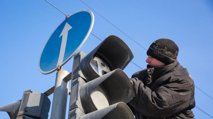 «Все отключились в одно время»: на Красном проспекте массово погасли светофоры