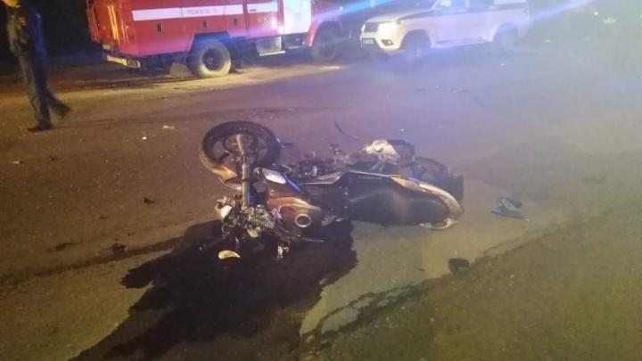 Нёсся без прав: в Ярославской области мотоцикл с пассажиром столкнулся с иномаркой