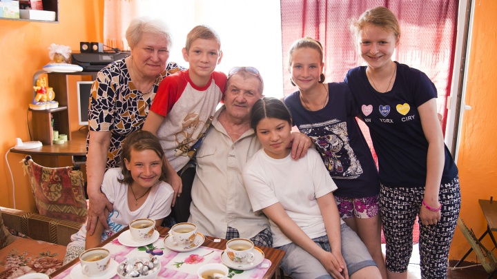 «Нас соединяют невидимые нити»: челябинцы, воспитавшие восемь детей, поделились секретом счастья