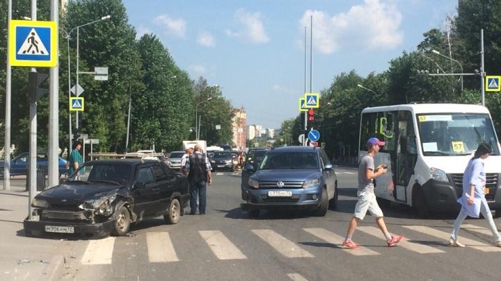 «Лада» отлетела в светофор после ДТП на Московском тракте