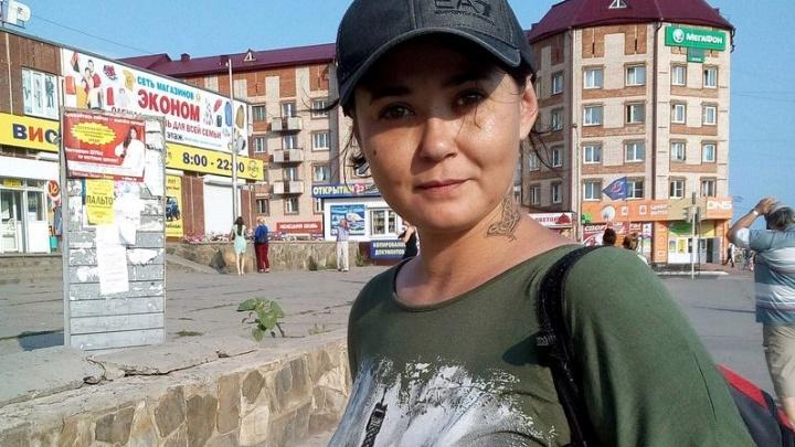 Сибирячка с лисьим хвостом и татуировками пропала ночью в центре Новосибирска