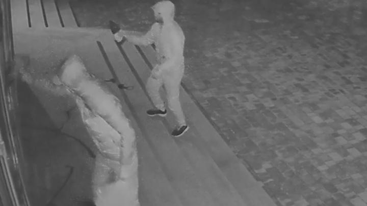 В центре Екатеринбурга вандалы под камерами наблюдения испортили фасад детского центра