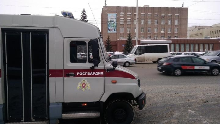 «Идите по домам»: в Омске количество эвакуированных учебных заведений выросло до трёх