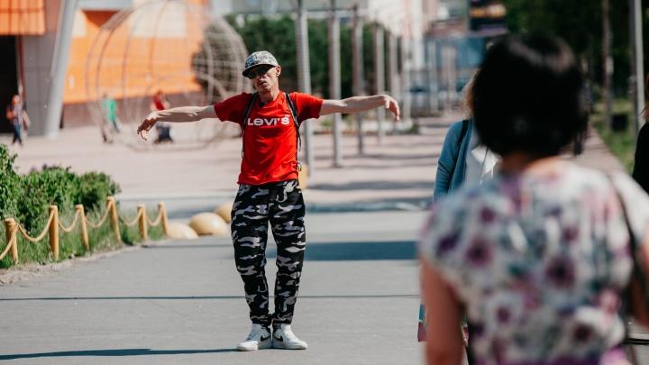 Все идут, а он танцует: 51-летний тюменский бизнесмен шокирует прохожих своей раскованной походкой