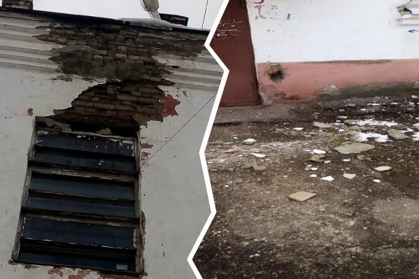 Куски штукатурки свалились со стены, когда внизу находился мужчина с коляской