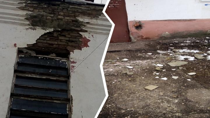 «Успел оттолкнуть коляску»: в Ярославле куски стены чуть не убили ребенка