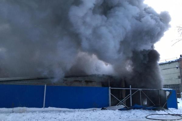 Пожар охватил площадь в 300 квадратных метров