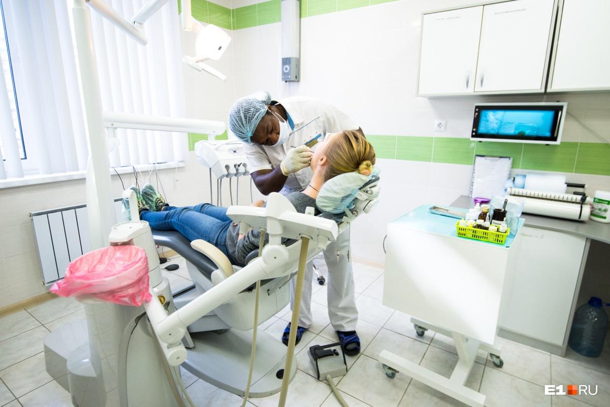 «Обидно, когда пациент видит меня и спрашивает, где доктор»: история темнокожего дантиста с Эльмаша