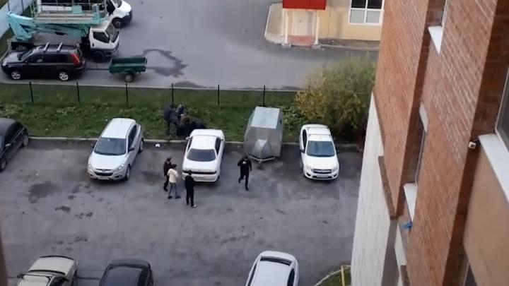 Стрельба в Зареке: полицейские разбираются в вооруженном конфликте на парковке двора