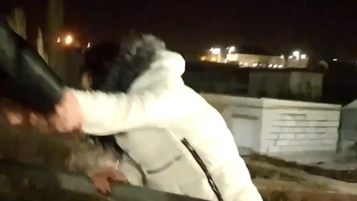 «Сказала, что из-за парня»: волгоградцы спасли девушку от гибели на высокой эстакаде — видео