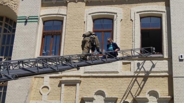 С третьего этажа самарского почтамта эвакуировали женщину