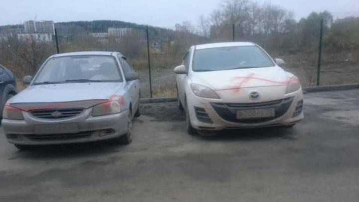 Уктусский вандал: у дома на Рощинской изрисовали 15 машин