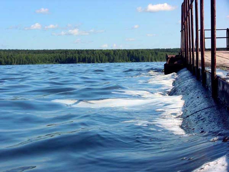 База находится на берегу большого водохранилища