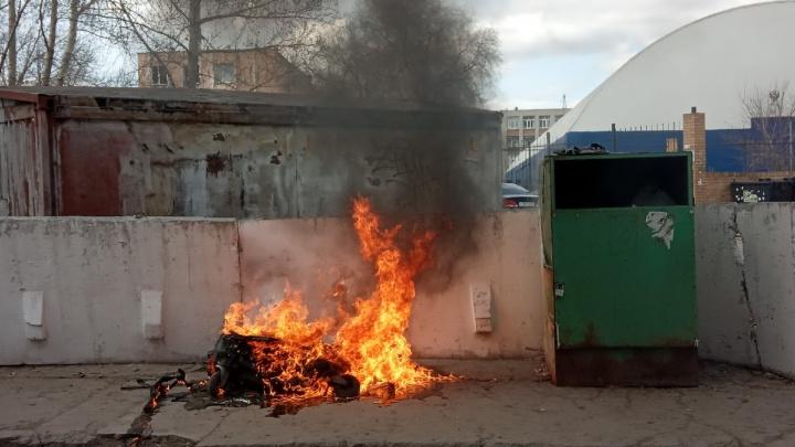 В Омске начали гореть евроконтейнеры для мусора