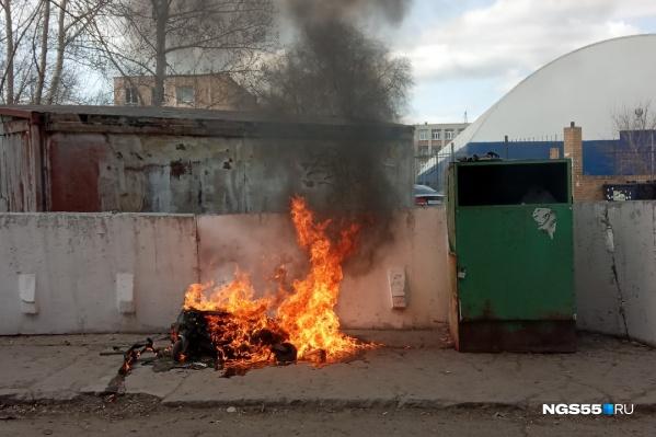 Корреспондент NGS55.RU сам стал свидетелем пожара на контейнерной площадке на улице Волочаевская. От евробака в результате почти ничего не осталось