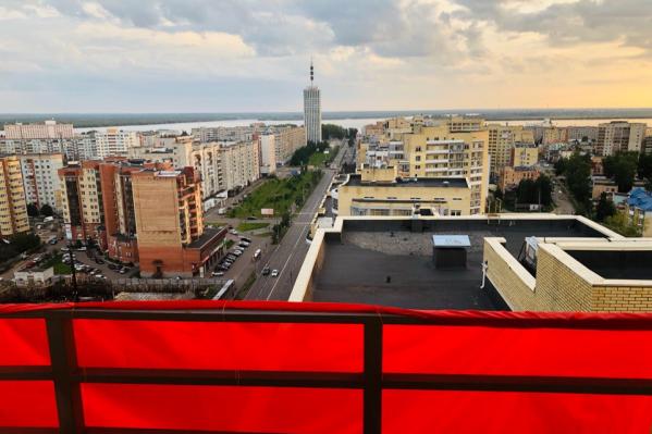 В Архангельске сегодня солнечно, местами знаки солидарности в виде красных полотен