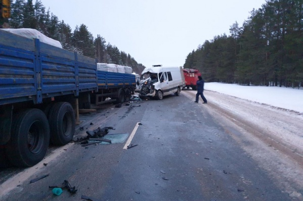 Авария произошла, когда еще было темно. Водитель микроавтобуса не заметил грузовик