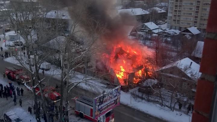Не выдержала проводка: в Перми на улице Карпинского сгорел частный дом