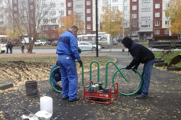 Первую велопарковку установили в сквере между домами 127–131 на улице Карла Маркса