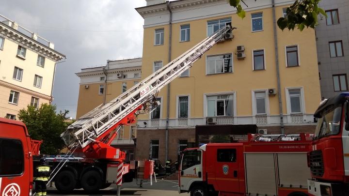К зданию правительства Челябинской области согнали больше десятка пожарных машин