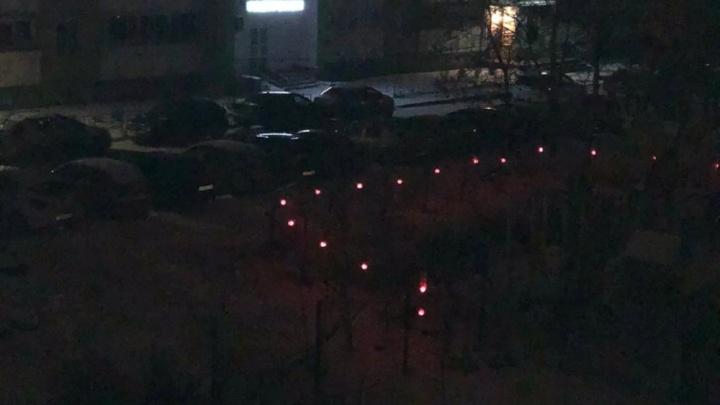 На ЖБИ траншею, в которую упал ребенок, огородили забором с фонарями