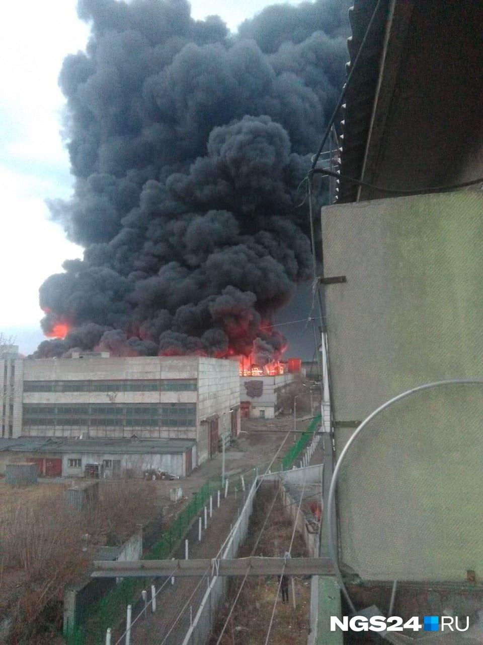 Вид на пожар в цехе