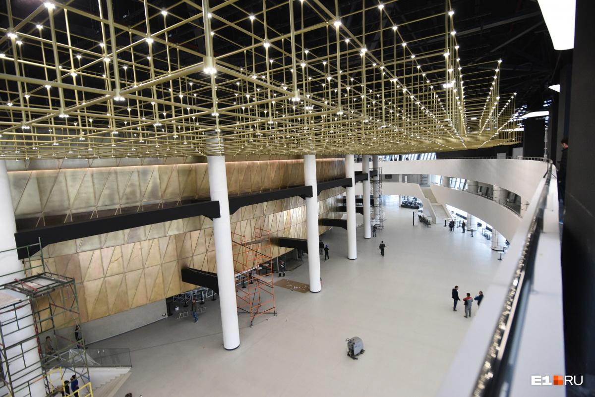 За две недели до визита Путина гуляем по новому конгресс-центру, куда съедутся президенты