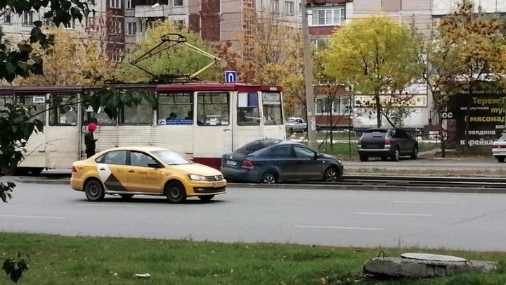 «Сцепка прошла в салон»: в Челябинске трамвай протащил легковушку