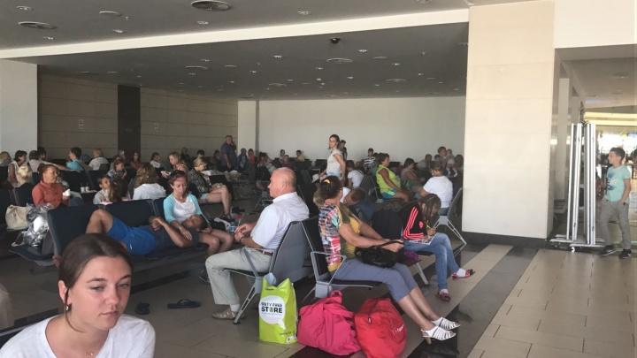 «Дали воду и бургер»: новосибирцы 13 часов отказываются выходить из аэропорта Антальи