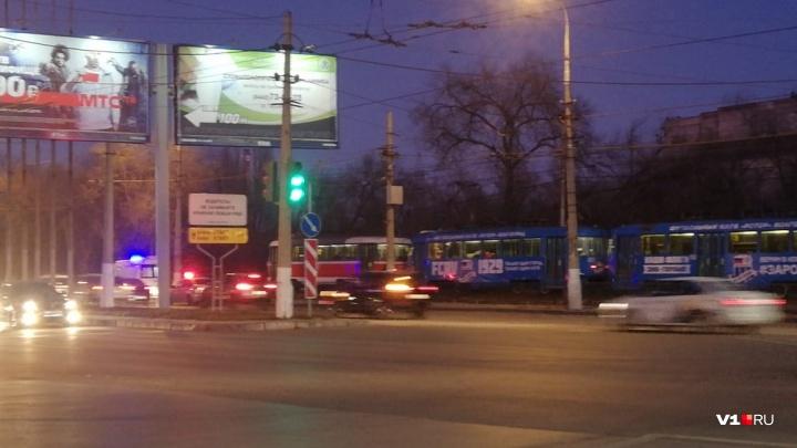 Что-то с рельсами: в Волгограде в час пик остановились скоростные трамваи