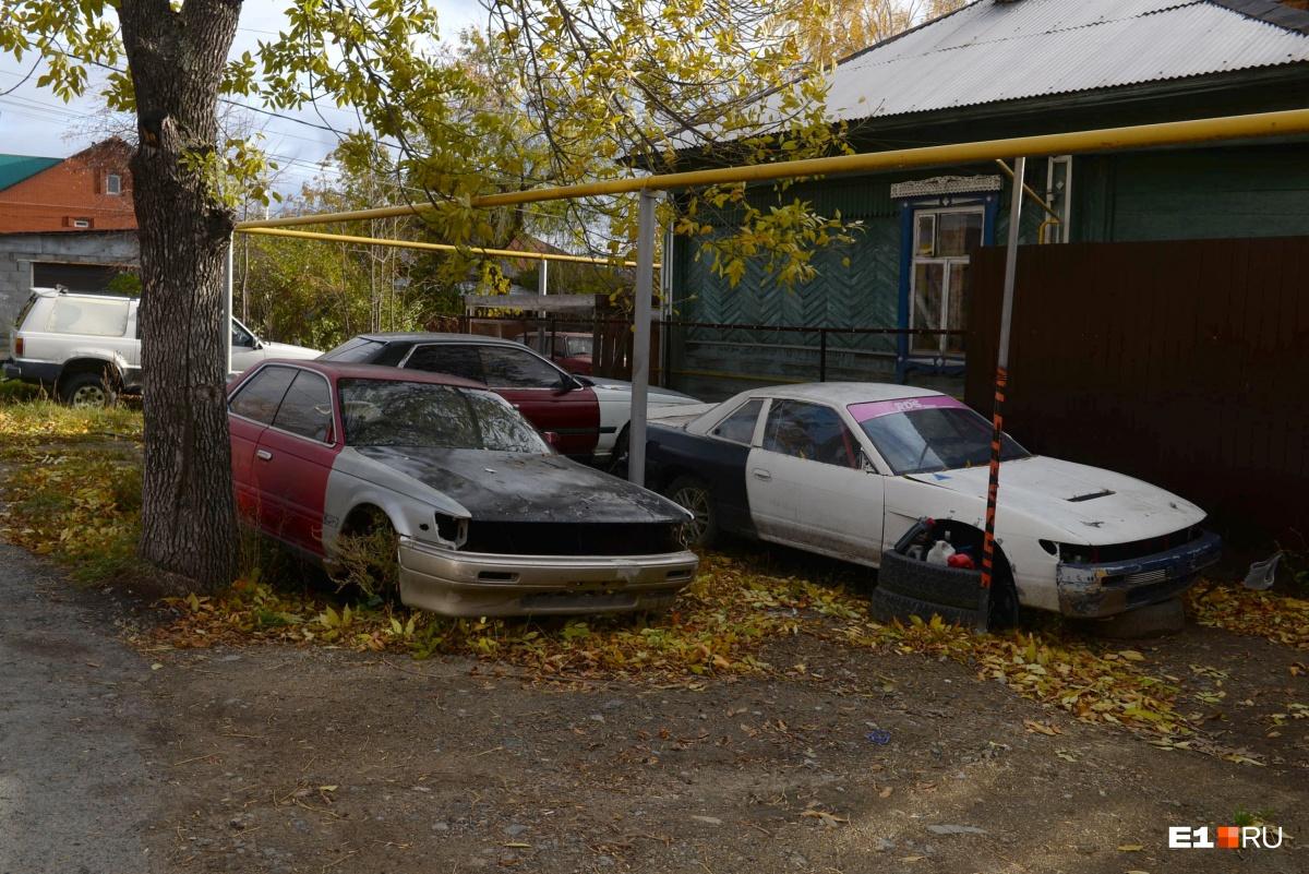 Новенькие кирпичные коттеджи соседствуют со старыми деревянными избушками