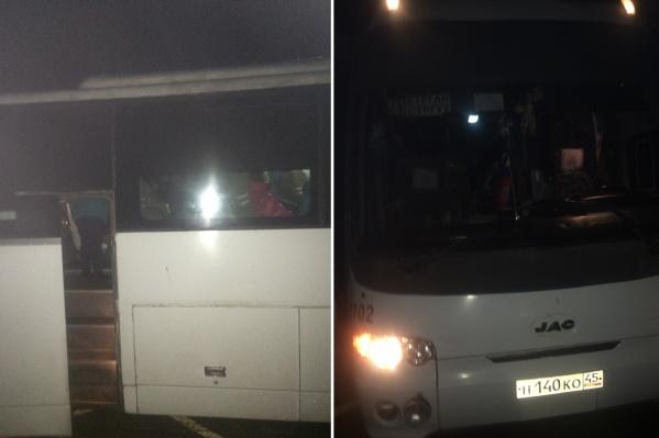 По словам пассажиров, автобус уже полтора часа стоит на трассе в ожидании помощи<br>